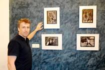 Rostislav Krámský a jeho výstava obrazů v královéhradeckém Radioklubu v Havlíčkově ulici.