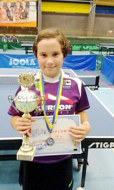 Vendula Šichanová spohárem a medailí za první místo.