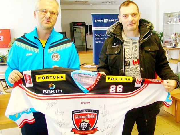 Martin Zbořil a Jaroslav Kudrna sdresem hokejistů hradeckého Mountfieldu.