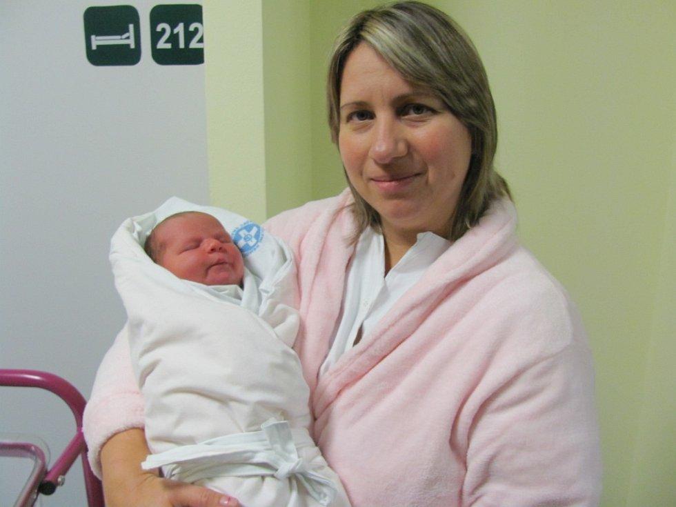 EMILY KUBYNEC poprvé spatřila světlo světa 1. ledna ve 20.33 hodin. Měřila 50 cm a vážila 3340 g. Velice potěšila své rodiče Halynu a Serhije Kubynec z Vysoké nad Labem. Doma se těší bráškové Daniel a Michal.