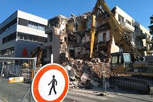 V nemocnici pokračuje demolice budovy bývalého transfuzního oddělení