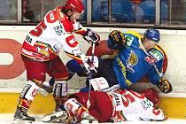 FAVORIT ÚŘADOVAL. Hokejisté Ústí nad Labem potvrdili roli favorita a z Hradce si odvezli všechny body. Na snímku zleva hradecký Aleš Pazdera, Roman Němeček a Patrik Moskal.
