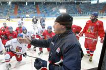 Hokejoví reprezentanti České republiky do 17 let při tréninku na královéhradeckém zimním stadionu.