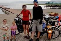 Markéta Hroudová a Luděk Zigáček na naložených kolech, se čtyřletým Víťou a tříletou Šárkou ve vozíku projeli celý Balkán.