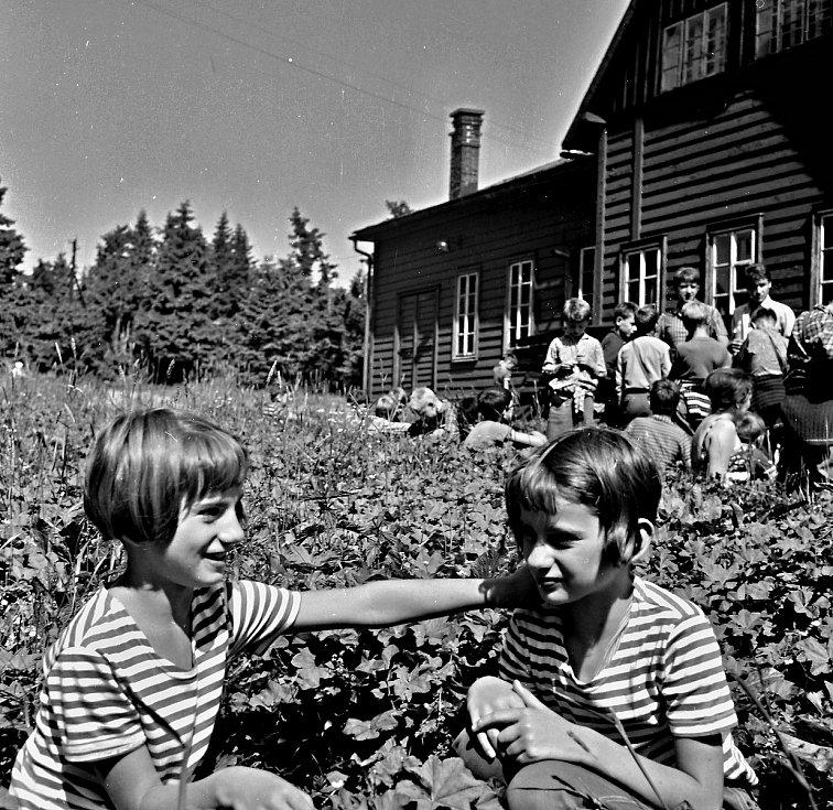 Výlet na táboře v Antonínově údolí v Mladých Bukách. Na archivní fotografii se nacházejí k nerozeznání od sebe dvojčata Máňa a Hana.