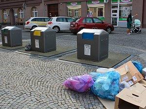 Běžné odpadkové pytle plné odpadků se do malých otvorů nevejdou. Lidé proto odpadky pohazují kolem kontejnerů.