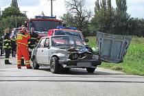 Nehoda osobního automobilu a vlaku na železničním přejezdu.