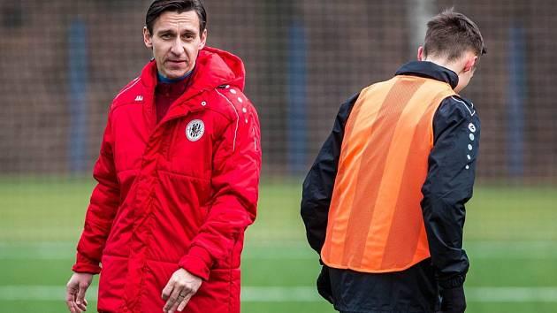 V červeném Ondřej Prášil, asistent trenéra hradeckých fotbalistů.