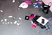 Krabičky léků rozházené po bytě.