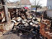 Požár uskladněného dřeva a plastového zahradního nábytku ve Stěžírkách.