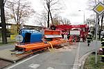 Převrácení vozidla s vysokozdvižnou plošinou v Malšovické ulici v Hradci Králové.