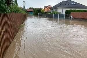 Voda z polí zaplavila Chudeřice. Ilustrační snímek