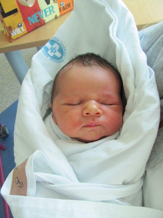 ADAM DANĚK  se narodil 9. dubna ve 22.44 hodin. Měřil 50 cm a vážil 3590 g. Potěšil své rodiče  Kateřinu Hodoňovou a Lukáše Daňka z Hradce Králové. Doma se těší sourozenci Terezka a Lukášek.