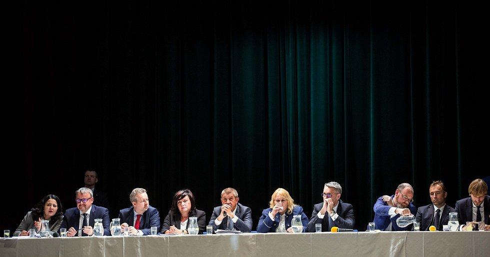 Diskuse vlády v demisi s občany v Adalbertinu v Hradci Králové.