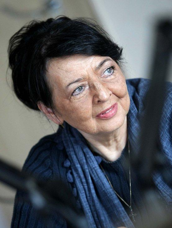 Jana Kroftová ve studiu Českého rozhlasu Hradec Králové.