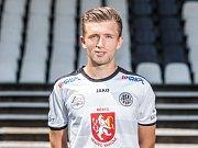 """Zimní fotbalová Tipsport liga: FC Hradec Králové - SK Dynamo České Budějovice. Vlevo v dresu """"votroků"""" Tomáš Mrázek."""