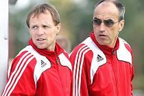 Trenér FC Hradec Králové Václav Kotal (vpravo) s asistentem Michalem Šmardou.