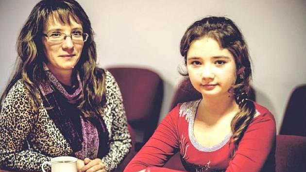 MAMINKA Marie s dcerou Solomiyou z Ukrajiny v sídle Diecézní charity Hradec Králové při vánočním rozhovoru pro Hradecký deník. Letos v Česku oslaví už svoje třetí Vánoce.