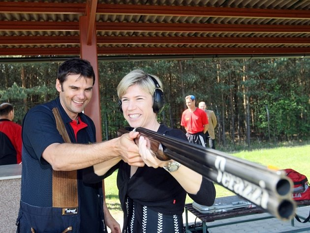 OLYMPIJŠTÍ VÍTĚZOVÉ. Slavní čeští sportovci David Kostelecký a Kateřina Neumannová se včera setkali při křtu nového vrhacího zařízení na královéhradecké střelnici v Malšovicích.