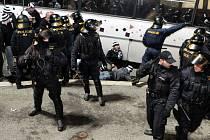 Po utkání měla policie plné ruce práce s uklidněním fanoušků Hradce Králové. Některým z nich hrozí dokonce vězení.