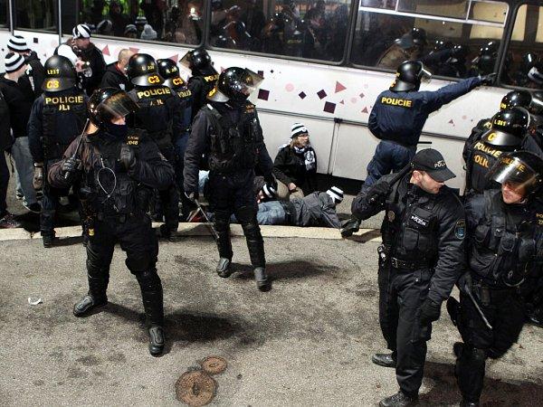 Po utkání měla policie plné ruce práce suklidněním fanoušků Hradce Králové. Některým znich hrozí dokonce vězení.