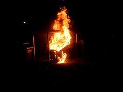 Noční požár kontejneru na papír.