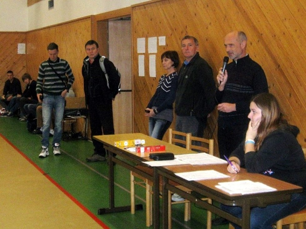 Studentky Soukromé obchodní akademie Hradec Králové na krajském přeboru stolních tenistek.