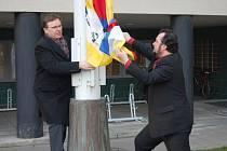 Náměstci primátora Martin Soupuk a Josef Malíř (zleva) ztyčují tibetskou vlajku před královéhradeckým magistrátem.
