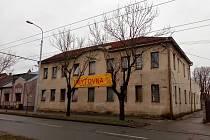 Ubytovnu v ulici Náhon provozuje František Janeček. Je provozovatelem například i Ubytovny Tesla.