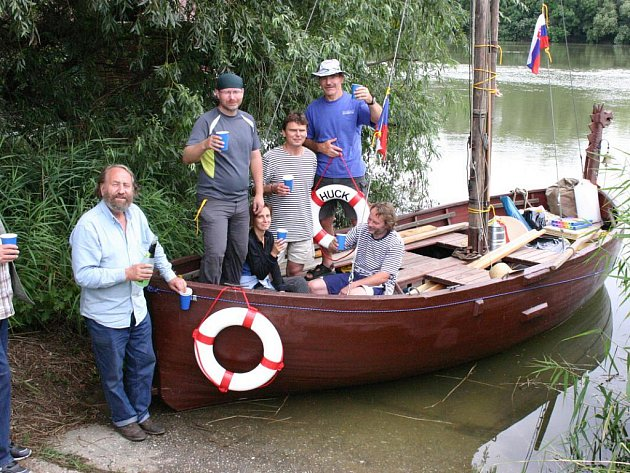 Začátek plavby Hucka po Dunaji z Komárna do Černého moře