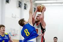 Hradecký basketbalista Tomáš Kiršbaum (v bílém) v akci.