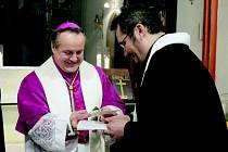 Vedle biskupa Jana Vokála je na loňské ekumenické bohoslužbě Martin Chadima z Československé církve husitské.