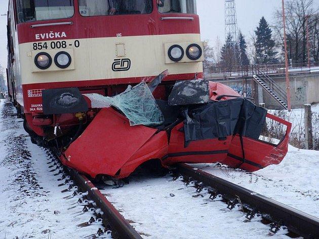 Srážka zrychleného vlaku a osobního automobilu v Třebechovicích stála řidiče život, 14. prosince 2010.