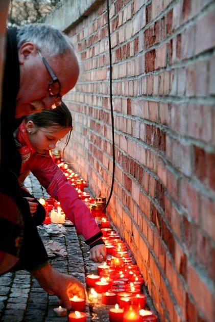 Zapalování svíček na Masarykově náměstí vHradci Králové.