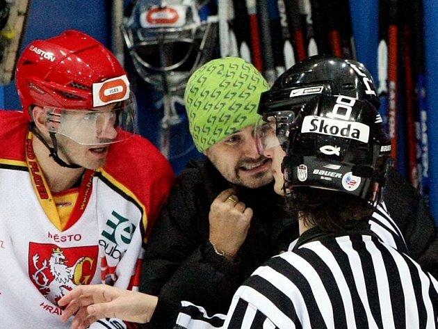 Jiří Mička (v zelené čepici), hlavní trenér HC VCES Hradec Králové