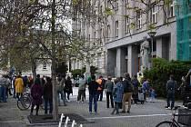 V Hradci demonstrovala asi stovka lidí.