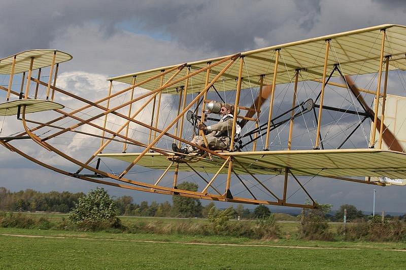 Letadlo Wright vzlétlo pomocí katapultu. Úspěšný pokus se uskutečnil na hradeckém letišti.