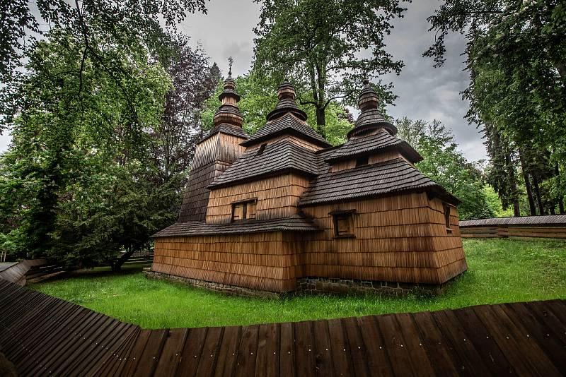 Dřevěný kostel svatého Mikuláše v Jiráskových sadech v Hradci Králové.