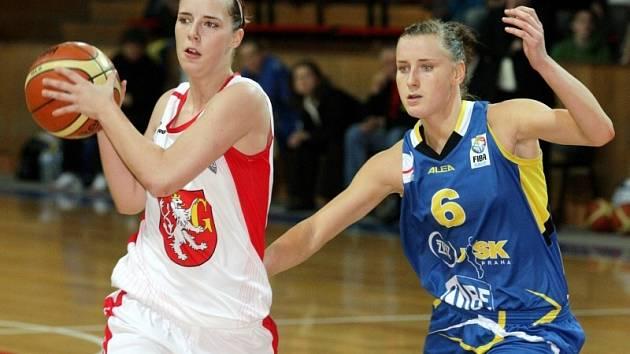 BRÁNILA BÝVALOLU SPOLUHRÁČKU. Kateřina Bartoňová z USK Praha (vpravo) se snaží dostihnout hradeckou jmenovkyni Kateřinu Zavázalovou, se kterou ještě loni hrála v dresu sokolek.