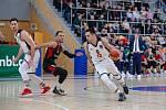 Srbský křídelník Djordje Tresač (s míčem) byl v utkání se Svitavami (v černém) nejlepším střelcem Královských sokolů. Posbíral 23 bodů, z toho pětkrát se trefil z tříbodové vzdálenosti.