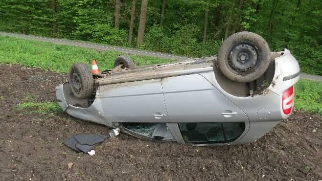 Během pěti minut skončila na střeše hned dvě auta