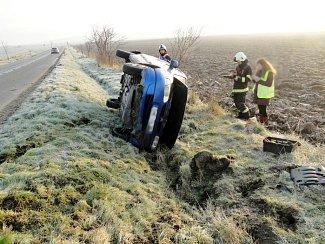 Havárie osobního automobilu mezi obcemi Lubno a Dolní Přím.