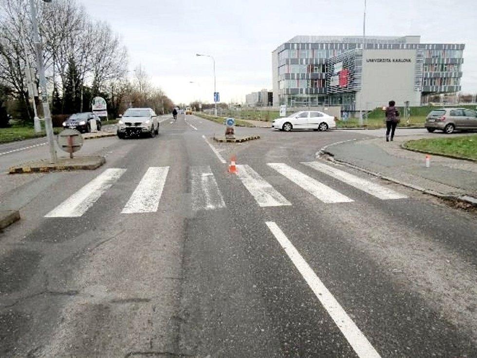 Dopravní nehoda v prostoru křižovatky před hlavním vjezdem do Fakultní nemocnice Hradec Králové, na přechodu pro chodce ve Zborovské ulici.
