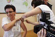 První desítky zdravotníků a pacientů fakultní nemocnice byly 23. listopadu očkovány proti viru prasečí chřipky.