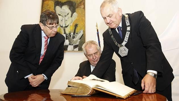 Prezident Miloš Zeman přijel na třídenní návštěvu královéhradeckého kraje. Na jičínském zámku se setkal se starostou a a osobnostmi města.