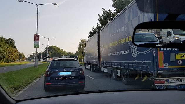 Doprava u Tesly opět ráno kolabovala