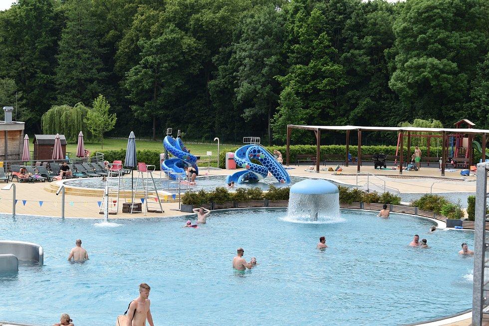 Poprvé v letošním roce vyrazil větší počet lidí o víkendu k vodě. Největší koupaliště v kraji nabízí lidem vodu o příjemných 26 stupních.