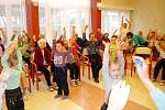 Cvičení dětí z hradecké MŠ Na Biřičce se seniory z domova důchodců na Novém Hradci Králové.