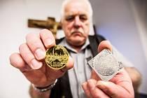 Pamětní medaile u příležitosti výročí 350 let Biskupství královéhradeckého.
