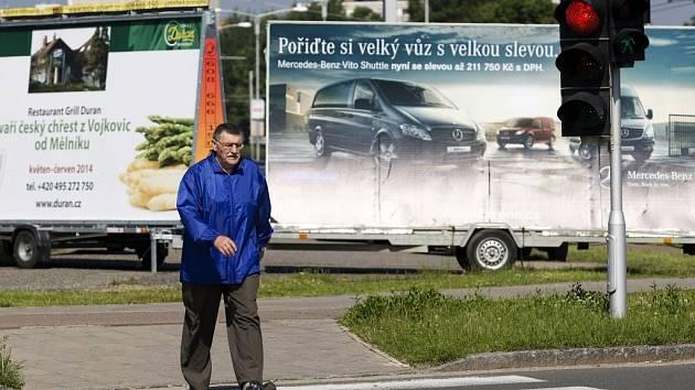 Reklamní poutače v ulicích Hradce Králové.